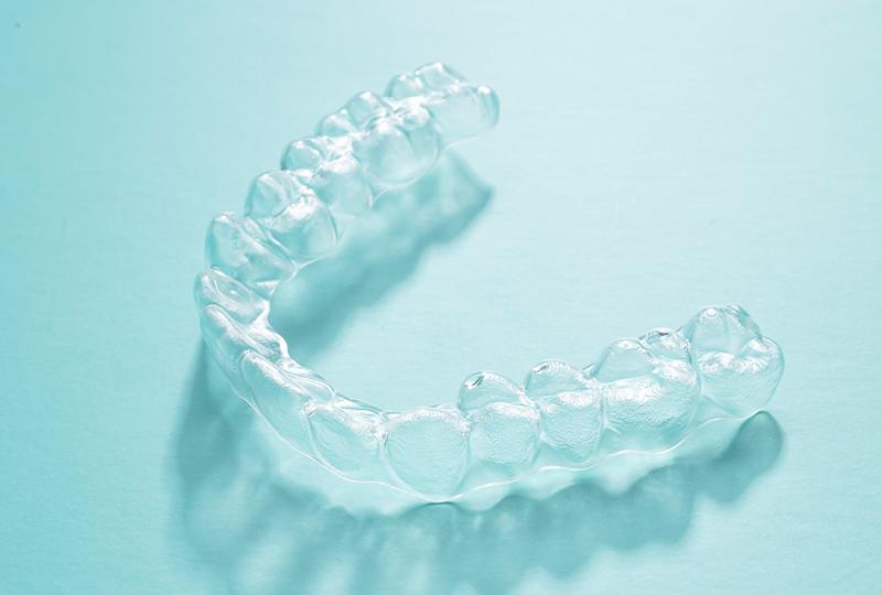 缺的牙沒有錢種,透明牙套戴不了!本屆年青人完成「矯正牙齒隨意」有多麼難